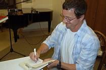 Čtenářky besedovaly se spisovatelem Michalem Vieweghem.