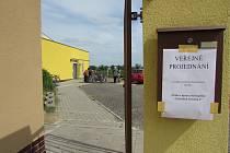 Sokolovna v Uherském Ostrohu se v pondělí 5. května stala místem emotivní diskuse o budoucnosti plánovaného těžebního jezera ve směru na Moravský Písek.
