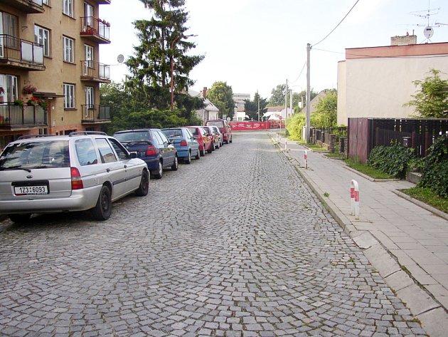 Jednu stranu lemují parkující auta, v protisměru se zase často objevují neukáznění řidiči.