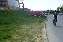 Nájemníci bytového domu na Sadové ulici v Uherském Hradišti už se nemohou dočkat, až budou mít své vlastní parkoviště. To jim totiž konečně vyřeší letité problémy s odstavením jejich vozů.