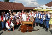 Členové souboru Světlovan s Láďou Kerndlem.