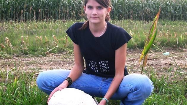 Obří pýchavku našla před několika dny čtrnáctiletá Martina Salčáková .