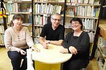 Knihovnice dětského oddělení hradišťské knihovny Hanu Hanáčkovou (vpravo) a Miroslavu Čápovou navštívil Miloš Kratochvil.