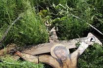 Rozměrný vyřezávaný kříž spolu s informační tabulí v kulturně historickém parku Rochus v Uherském Hradišti podřezal a poničil o víkendu zatím neznámý vandal.