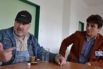Zakladatel sdružení Babybox Ludvík Hess (vlevo) ve středu jednal s ředitelem Uherskohradišťské nemocnice Petrem Sládkem.