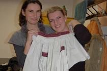Instruktorky Marie Múčková a Kateřina Mišinská dbaly na čistotu tance.