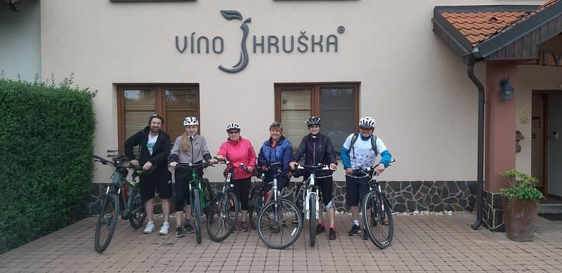 Na kole deštivými vinohrady se vydala také skupinka cyklistů z Ostrožské Lhoty. Zastávka u sklípku víno Hruška.