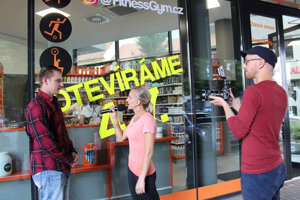 YouTuber budil v Hradišti rozruch. Kvůli točení virálu naháněl po městě s kamerou dvojici sexy hostesek. Do záběru se dostali také kulturista a Roman Tinka s Markem Uhrem.