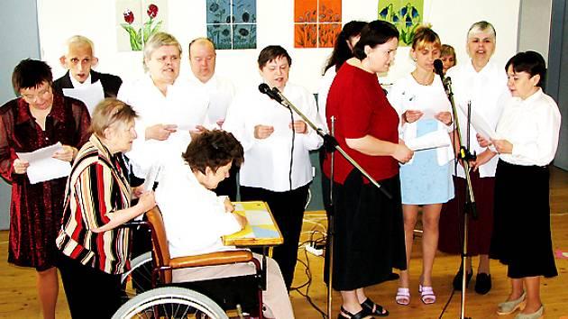 Pěvecký sbor domova pro postižené v Buchlovské ulici ve Velehradě.