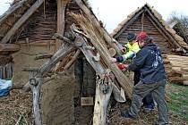 V archeoskanzenu dosloužily střechy z rákosové střešní krytiny.