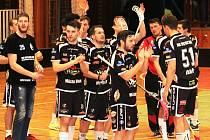 Florbalisté FBK Spartak Hluk (v černém) hodili úvodní dva nepovedené zápasy finále play-up o postup do Národní ligy za hlavu a v domácím prostředí zničili FBC Letka 9:4 a 9:2.