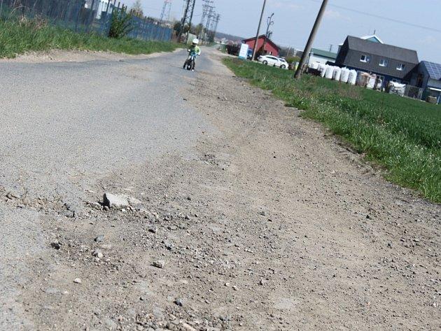Cesta, která vede k průmyslové zóně i k cyklostezce v Nedakonicích, by nutně potřebovala opravit. Kdo ale její případnou opravu zaplatí, je zatím hádankou.