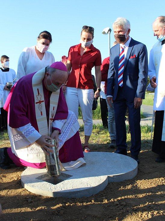 Dno pak otisk pamětní medaile vydané ke 20. výročí papežova pontifikátu v roce 1998.