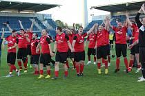 Fotbalisté Jankovic (v červených dresech) přemohli ve finále okresního poháru Jarošov 2:1 a slaví největší úspěch v historii klubu