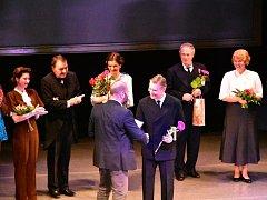 Pavlu Hromádkovi předal ředitel Michal Zetel certifikát po představení, za které byl nominován.