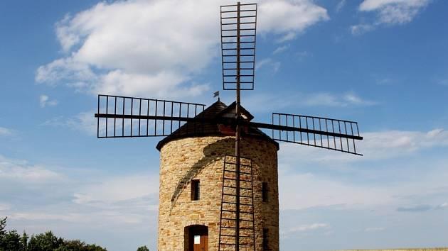 Dominantou Jalubí je větrný mlýn holandského typu, jehož replika byla na nejvyšším vrcholu nad obcí postavena v letech 2007 až 2008