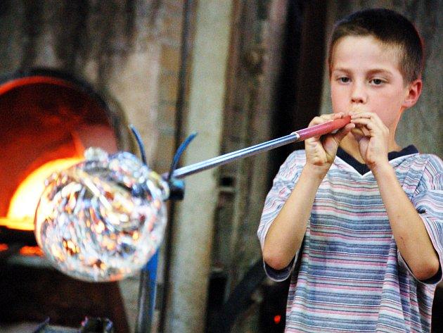 Umění vyfukovat sklo si ve Květné vyzkoušely desítky dospělých i dětí.