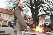 Jan Matyáš ukázal přihlížejícím, jak vypadá opracovávání železa v praxi.