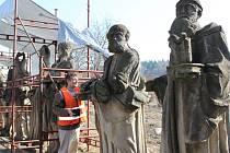 Dlouho čekaly sochy v zahradě Vincentina na restaurátora. Do parády si je vzal Josef Petr z Tlumačova.