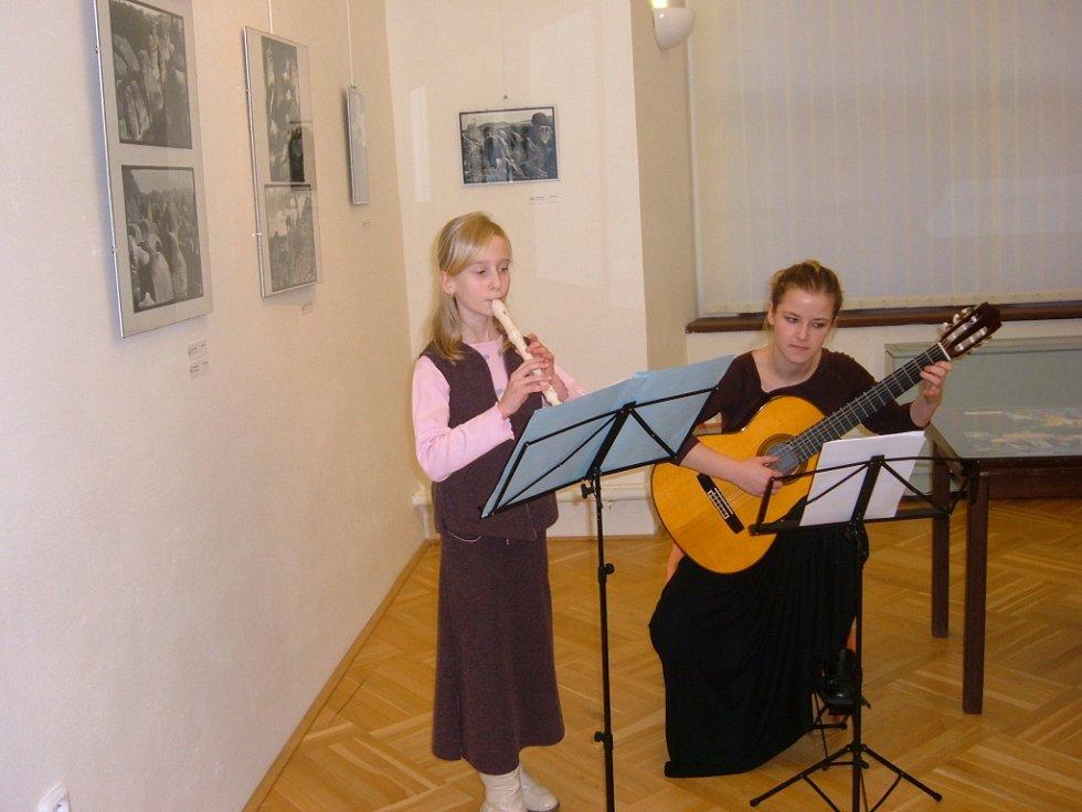 Žákyně z místní umělecké školy.