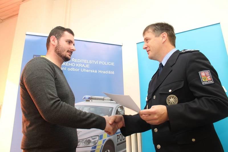 Ocenění Gentlemana silnic v budově Policie ČR v Uherském Hradišti převzal Roman Švestka. Druhý oceněný byl Jakub Školud.