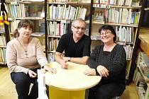 Miroslava Čápová (vlevo) a Hana Hanáčková v hradišťské knihovně při besedě.