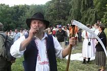 Pavel Dvořan stihne organizovat Kosecké písně, soutěžit v sečení i koštovat.