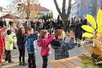Ve středu 4. listopadu byla slavnostně otevřena nová zahrada v přírodním stylu v Mateřské škole Komenského.