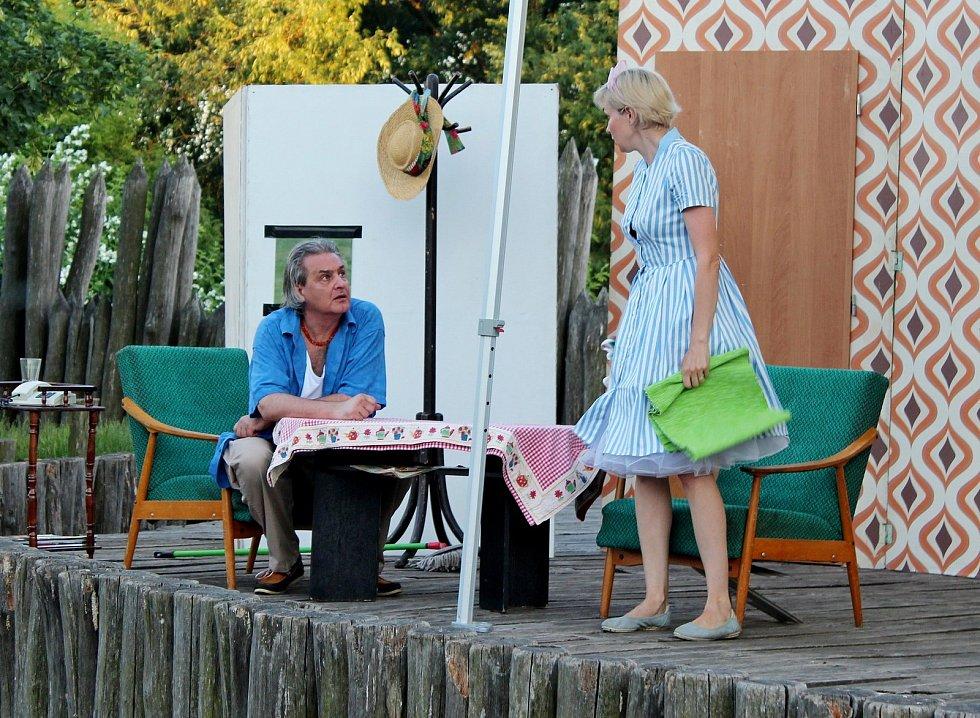 Archeoskanzenu Modrá, kde se pod širým nebem uskutečnila světová premiéra divadelního představení, která nesla název Šest vtom (Six in it), komedie jako hrom!