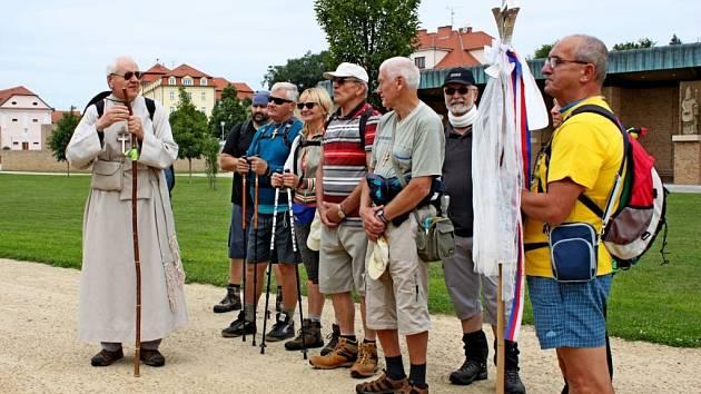 MORAVSKÁ COMPOSTELA. Z Velehradu se vydali v pátek po obědě věřící poutníci na 110 kilometrů dlouhou trasu přes Hostýn na Svatý Kopeček.