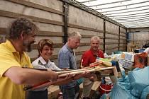 Vlčnovští hasiči pomáhají lidem postižených povodní na Liberecku.