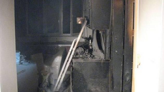 Požár vznikl v kuchyni právě rekonstruovaného bytu, kterou značně poškodil.