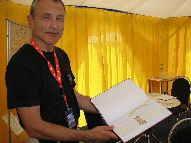 OBRÁZKOVÁ BIBLE. Ředitel Chalupa zalistoval v jedné ze svázaných knih, jejichž obrázky vytvořily děti..