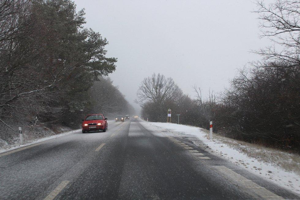 Region Slovácka ve čtvrtek zasáhlo husté sněžení. V Bílých Karpatech musely vozidla jezdit po několikacentimetrovém nánosu sněhu.
