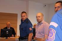 Obžalovaný si u krajského soudu ve Zlíně vyslechl obžalobu z vraždy tříleté dcery a pokusu vraždy pětiletého syna.