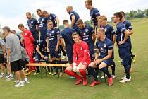 Prvoligoví fotbalisté Slovácka se fotili společně s dětmi z příměstského tábora v Golf Resortu Jezera v Ostrožské Nové Vsi.