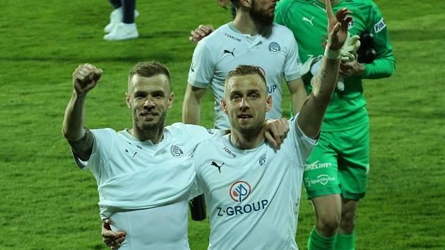 Zkušení obránci Stanislav Hofmann (vlevo) a Petr Reinberk pokračují ve Slovácku.