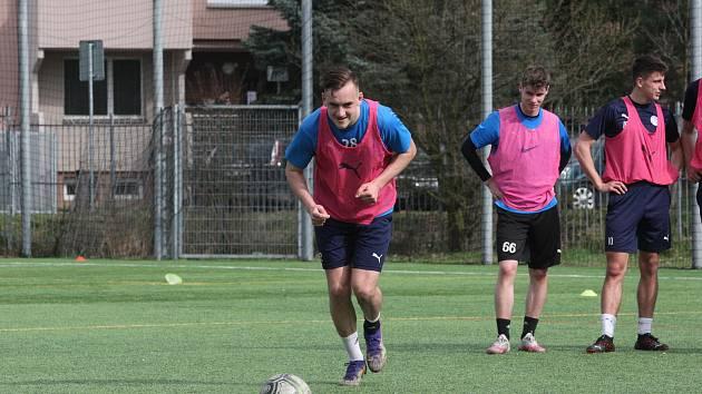 Útočník Slovácka Filip Vecheta si na tréninku kopl i penaltu.