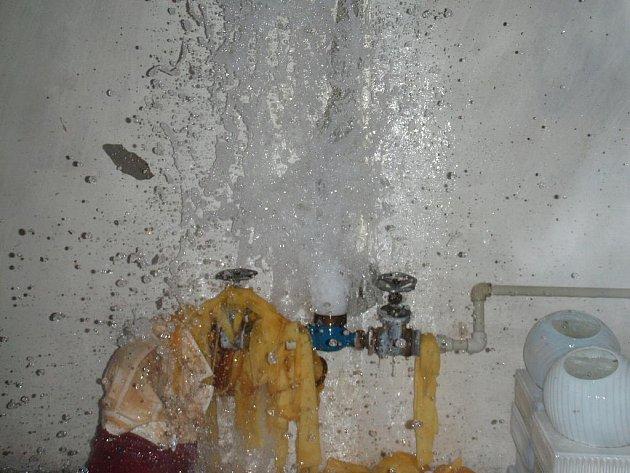 Prasklá vodovodní přípojka zaplavila sklep rodinného domu v Popovicích do výšky jednoho metru