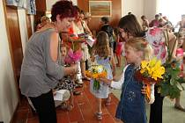 Předškoláci přinesli učitelkám na rozloučenou květiny.