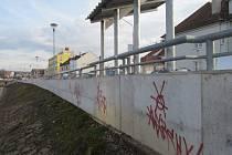 Nedlouho poté, co byla v Hradišti zkolaudována stavba nových protipovodňových opatření, došlo k jejich poškození ze strany vandalů.