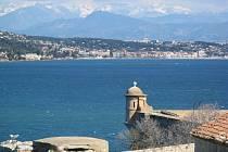 Pohled na Cannes a hradby Alp z pevnosti na ostrově svaté Markéty.