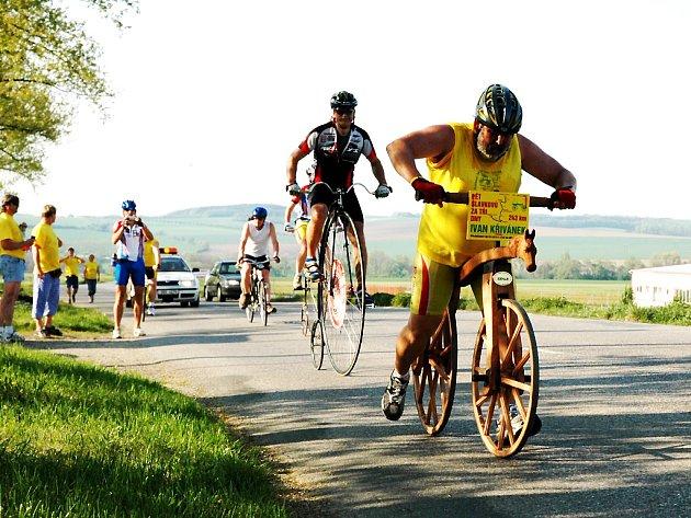 Ivan Křivánek ze Slavkova u Brna na svém dřevěném kole.
