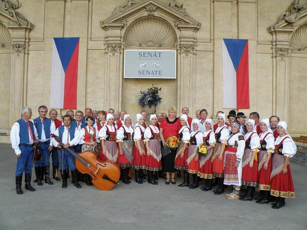 Vystoupení folkloristů přihlíželi slušně zaplněná Valdštejnská zahrada