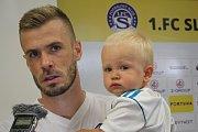 Zkušený stoper Slovácka Hofmann odpovídá novinářům společně s malým synkem.