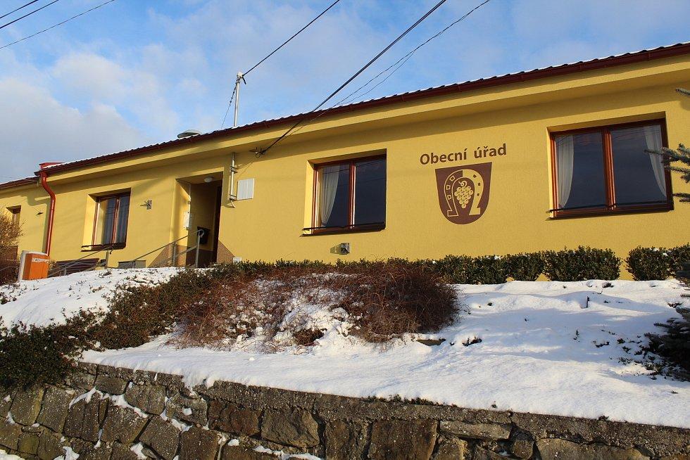 Hostějov se sněhovou pokrývkou. Obecní úřad a kulturnídům.