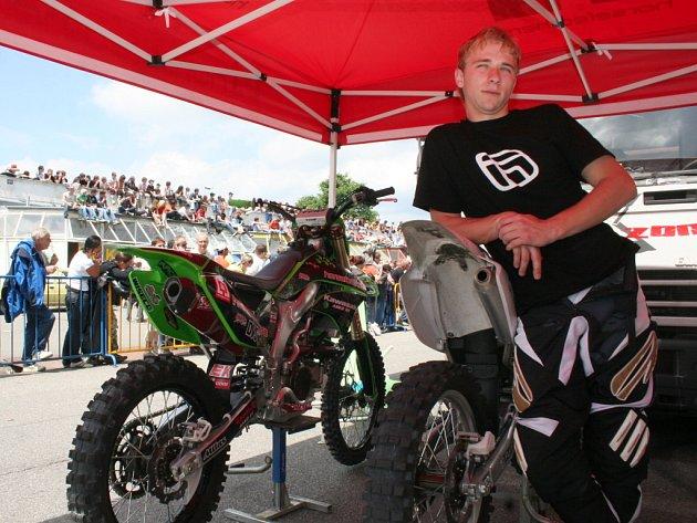 Dvaadvacetiletý Zdeněk Fusek si v silných motorkách libuje už od svého dětství. Freestyle je pro něj drogou.