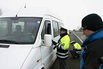 Dopravní policisté spolu s koordinátorem BESIPu na preventivní akci u Zlechova kontrolovali zimní pneumatiky i dodržování rychlosti.