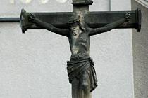 Kříž před babickým kostelem.