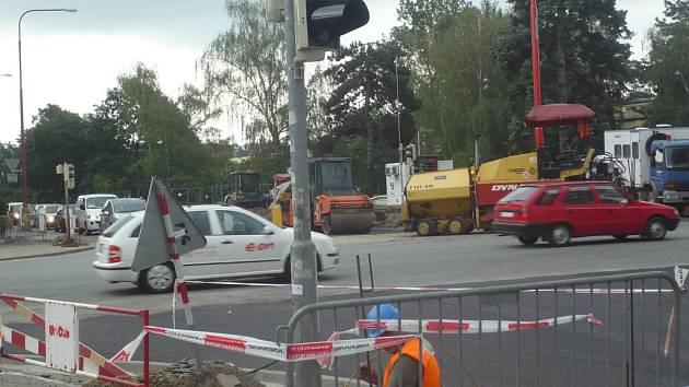 Práce na opravě centrální křižovatky prinesly řidičům, podle očekávání, potíže